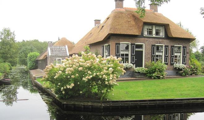 Thị trấn cổ tích Giethoorn ở Hà Lan: Hơn 7 thế kỷ không có đường bộ, đi thăm nhau không ngồi ô tô mà phải chèo thuyền - ảnh 5
