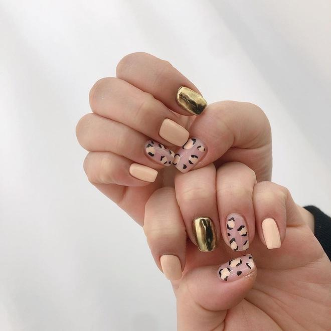 Tham khảo 20 mẫu nail mạ vàng cực đẹp và sang đang rất hot tại Hàn Quốc - Ảnh 3.