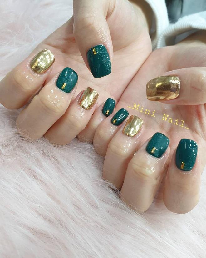 Tham khảo 20 mẫu nail mạ vàng cực đẹp và sang đang rất hot tại Hàn Quốc - Ảnh 4.