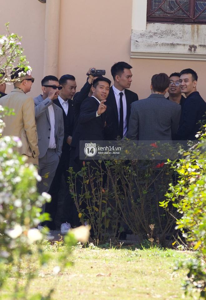 Binz, Soobin Hoàng Sơn và hội gentleman Vbiz xuất hiện cực điển trai trong đám cưới Tóc Tiên và Hoàng Touliver - ảnh 7