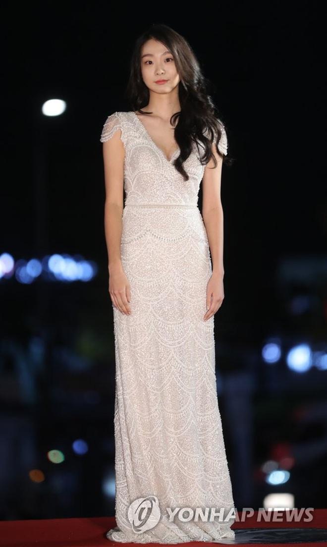 Ngất lịm loạt ảnh nữ quái Kim Da Mi đi thảm đỏ Oscar Hàn: Body nóng bỏng, chân dài 1m7 hóa ra bị Park Seo Joon dìm - ảnh 3