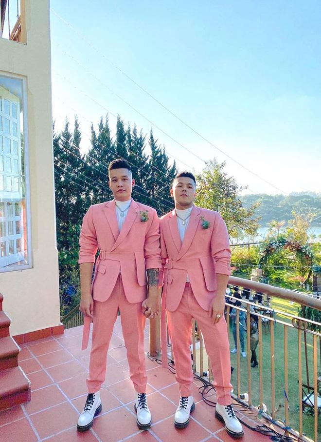 Bộ đôi LGBT nổi tiếng từng hợp tác với toàn sao cỡ bự Vbiz cầu hôn trong đám cưới Tóc Tiên sau 8 năm yêu - ảnh 1