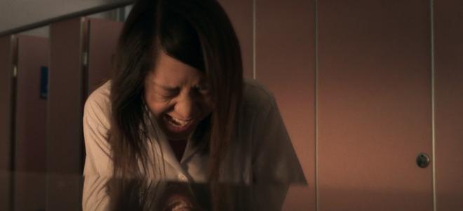 6 cảnh gây ám ảnh tột độ ở Girl From Nowhere: Từ giành nhau uống máu tươi đến chôn sống bạn thân mình - ảnh 7