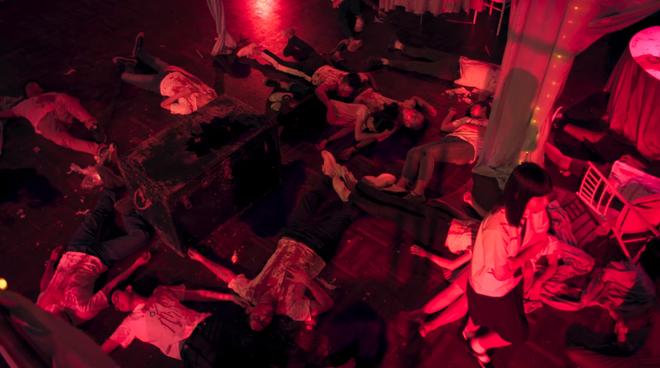 6 cảnh gây ám ảnh tột độ ở Girl From Nowhere: Từ giành nhau uống máu tươi đến chôn sống bạn thân mình - ảnh 14