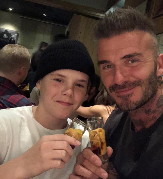 Cậu ba nhà Beckham càng lớn càng cực phẩm là thế, nhưng ai ngờ lại bị phụ huynh dìm đẹp vào đúng ngày sinh nhật như thế này đây - Ảnh 2.