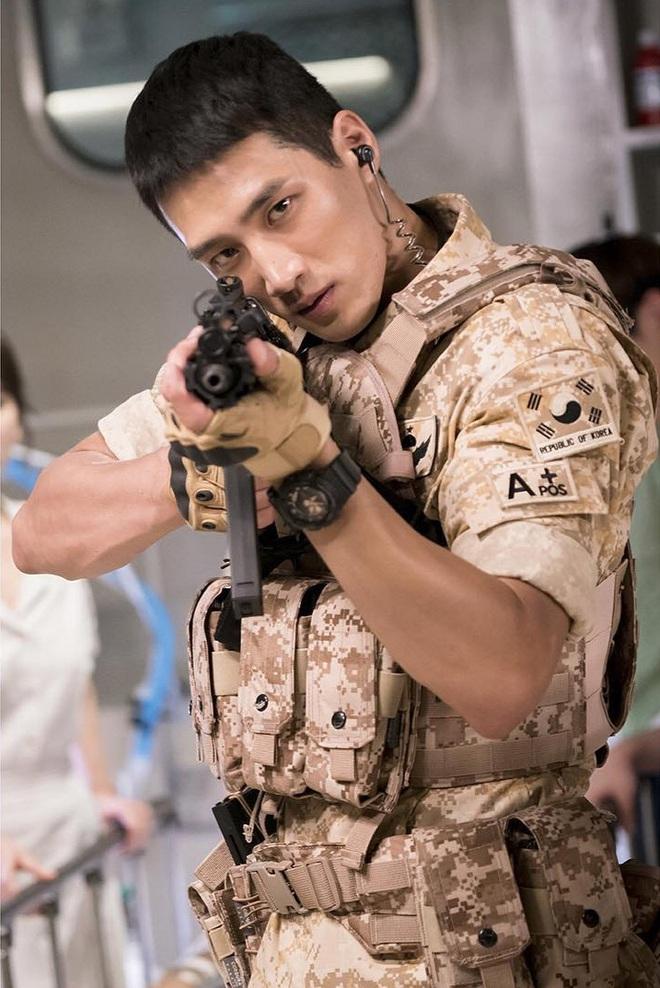 Ác nam Tầng lớp Itaewon: Người mẫu body hot 1000 độ, thân với Kim Woo Bin, Song Joong Ki và thầm crush Song Hye Kyo - ảnh 13