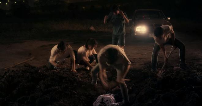 6 cảnh gây ám ảnh tột độ ở Girl From Nowhere: Từ giành nhau uống máu tươi đến chôn sống bạn thân mình - ảnh 5