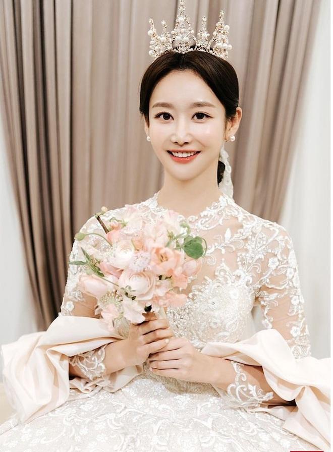 Sao nữ vô danh bỗng nổi như hiện tuợng nhờ bộ ảnh cưới đẹp như cổ tích: Nhìn váy cưới, quy mô hôn lễ là biết không phải dạng vừa! - ảnh 1