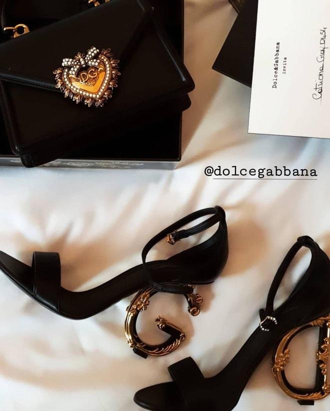 Pha đụng hàng tại trận: Catriona Gray diện đầm y hệt siêu mẫu Ý tại show Dolce & Gabbana, người an toàn người chất chơi - ảnh 5