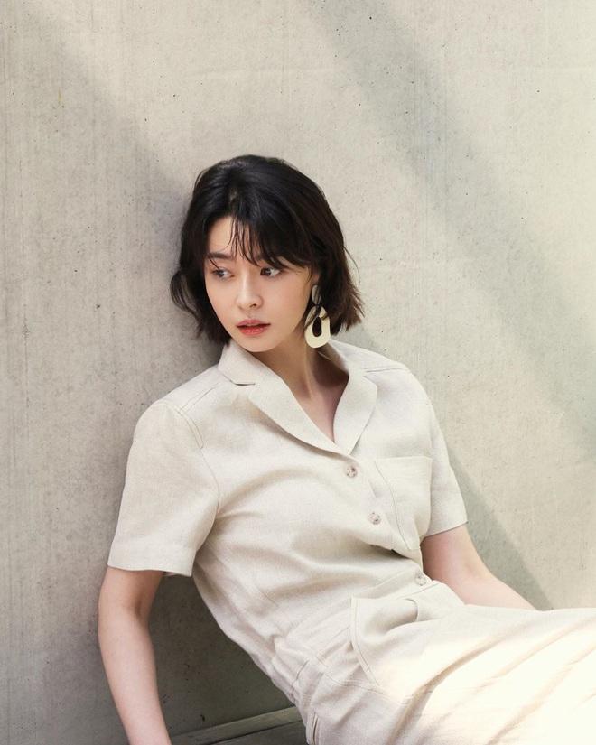 """Soo Ah của """"Itaewon Class"""": Trong phim để mái thưa trẻ xinh, ngoài đời còn có nhiều kiểu tóc khí chất hơn nhiều - ảnh 18"""