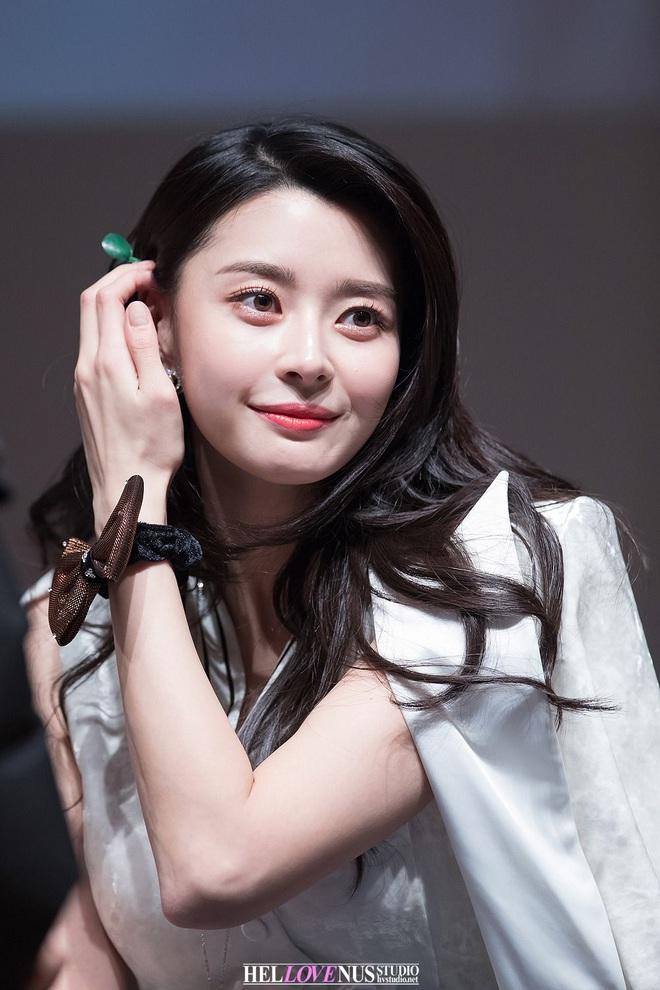 """Soo Ah của """"Itaewon Class"""": Trong phim để mái thưa trẻ xinh, ngoài đời còn có nhiều kiểu tóc khí chất hơn nhiều - ảnh 11"""