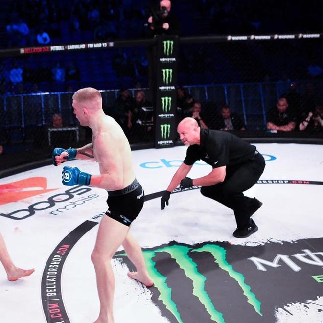 Bị đối thủ truy đuổi, võ sĩ vô tình hạ đo ván luôn cả trọng tài nhưng rồi vẫn không thể tránh được cái kết đắng ngắt sau cùng - ảnh 2