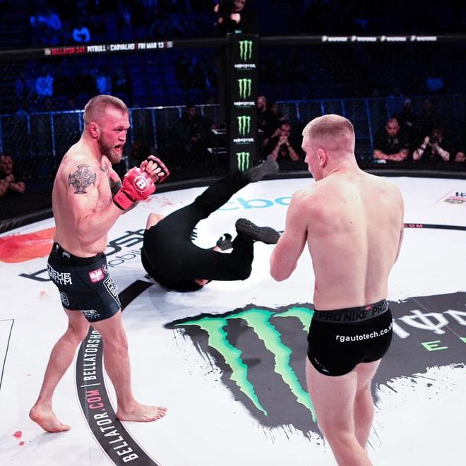 Bị đối thủ truy đuổi, võ sĩ vô tình hạ đo ván luôn cả trọng tài nhưng rồi vẫn không thể tránh được cái kết đắng ngắt sau cùng - ảnh 1