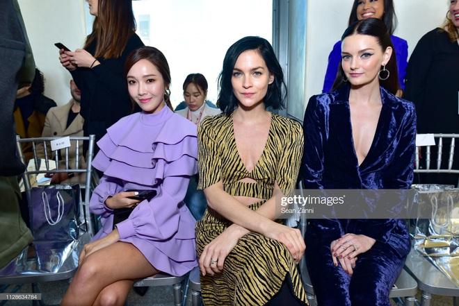 Sao Âu Á chung khung hình tại Fashion Week: Sao Á không ít lần bị dìm nhưng vẫn có những màn phản đòn khiến fan nở mày nở mặt - ảnh 4