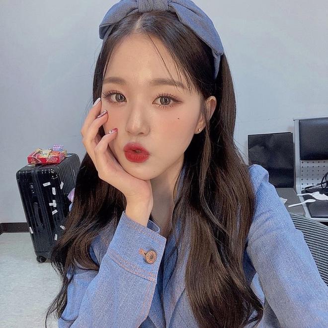 """Băng đô, cặp tóc nơ """"khổng lồ"""" lên ngôi xuân này: Sao Hàn ai cũng diện, đáng nể nhất Irene vì """"hack tuổi"""" liên hoàn - ảnh 7"""