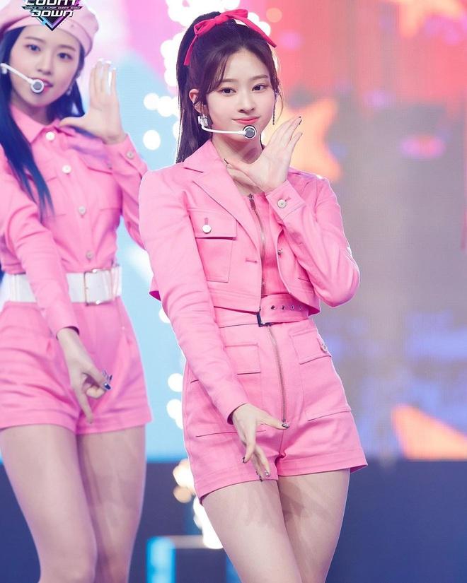 """Băng đô, cặp tóc nơ """"khổng lồ"""" lên ngôi xuân này: Sao Hàn ai cũng diện, đáng nể nhất Irene vì """"hack tuổi"""" liên hoàn - ảnh 9"""
