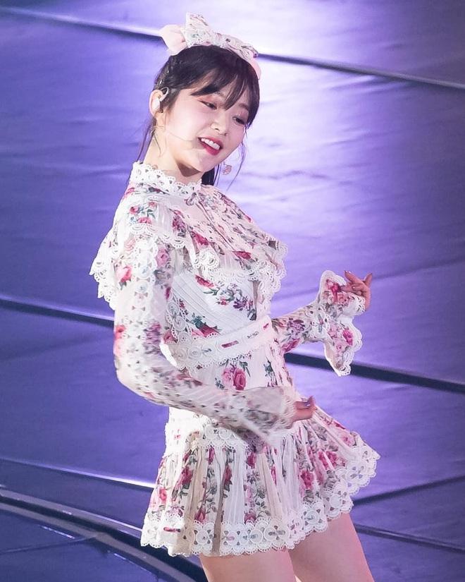 """Băng đô, cặp tóc nơ """"khổng lồ"""" lên ngôi xuân này: Sao Hàn ai cũng diện, đáng nể nhất Irene vì """"hack tuổi"""" liên hoàn - ảnh 2"""