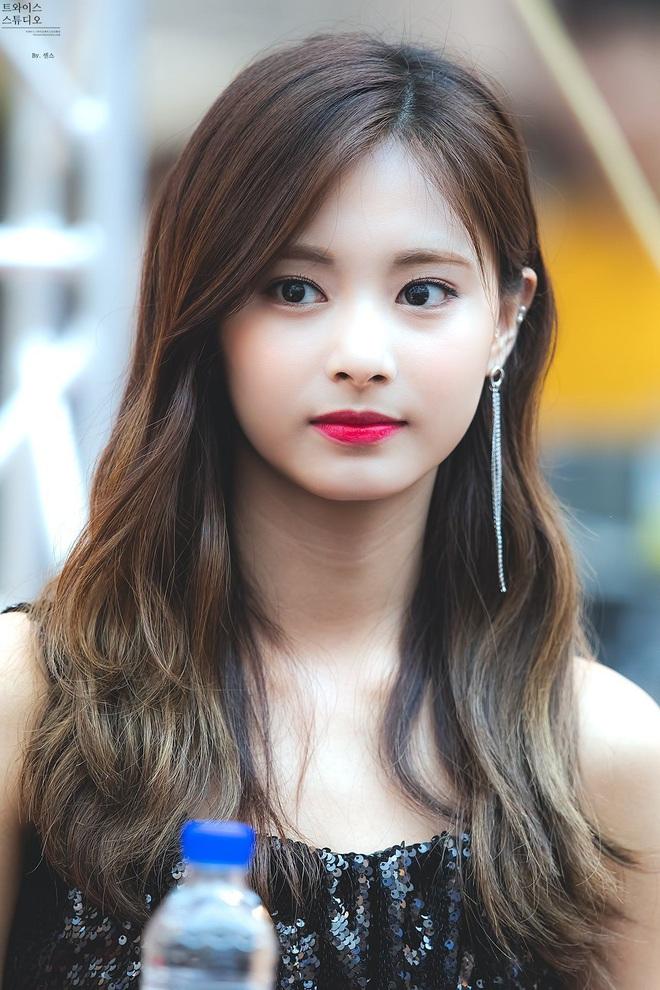 8 nàng búp bê sống của Kpop: Lisa đẹp siêu thực, mỹ nhân đẹp nhất thế giới năm 2019 Tzuyu có đọ lại nổi dàn nữ thần đàn chị? - Ảnh 7.