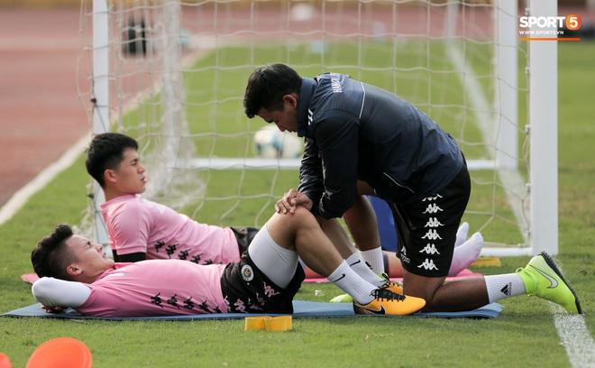 Quang Hải nhăn nhó vì đau khi tập riêng, Đình Trọng chăm chỉ plank giữ dáng ở Hà Nội FC - Ảnh 3.