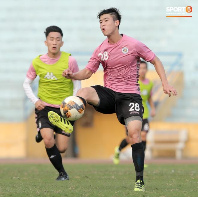Quang Hải nhăn nhó vì đau khi tập riêng, Đình Trọng chăm chỉ plank giữ dáng ở Hà Nội FC - Ảnh 10.