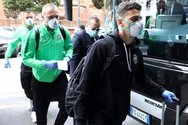 Đeo găng tay y tế và bịt khẩu trang kín mít, đội bóng Bulgaria bộc lộ sự căng thẳng cao độ khi tới Ý thi đấu Cúp châu Âu - Ảnh 7.