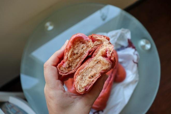 Báo Mỹ hết lời khen ngợi bánh mì thanh long của Việt Nam, phóng viên tìm đến tận nơi để trải nghiệm cảnh xếp hàng mua bánh - Ảnh 6.
