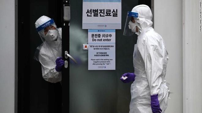 Lý do virus corona lây lan trong giáo phái Shincheonji Hàn Quốc: Cầu nguyện chen chúc trong phòng kín, ốm cũng không được vắng mặt - Ảnh 5.
