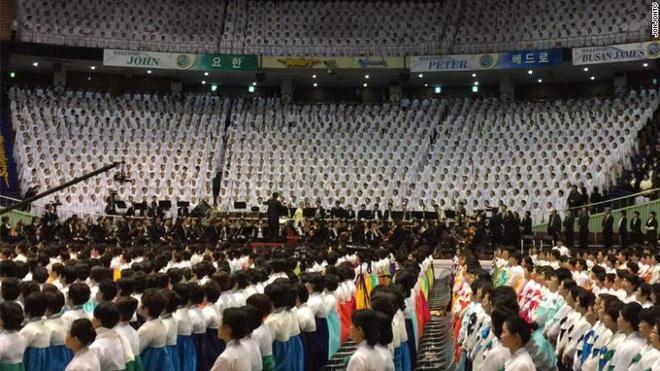 Lý do virus corona lây lan trong giáo phái Shincheonji Hàn Quốc: Cầu nguyện chen chúc trong phòng kín, ốm cũng không được vắng mặt - Ảnh 1.