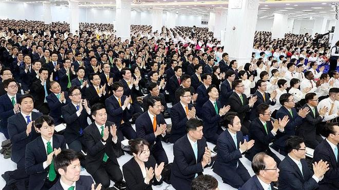 Lý do virus corona lây lan trong giáo phái Shincheonji Hàn Quốc: Cầu nguyện chen chúc trong phòng kín, ốm cũng không được vắng mặt - Ảnh 4.