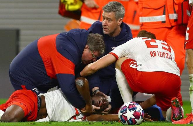 Cầu thủ trẻ tiềm năng nuốt lưỡi, mồm đầy máu sau một tai nạn khó đỡ trên sân bóng - Ảnh 3.