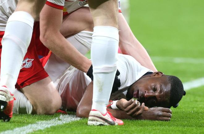 Cầu thủ trẻ tiềm năng nuốt lưỡi, mồm đầy máu sau một tai nạn khó đỡ trên sân bóng - Ảnh 2.