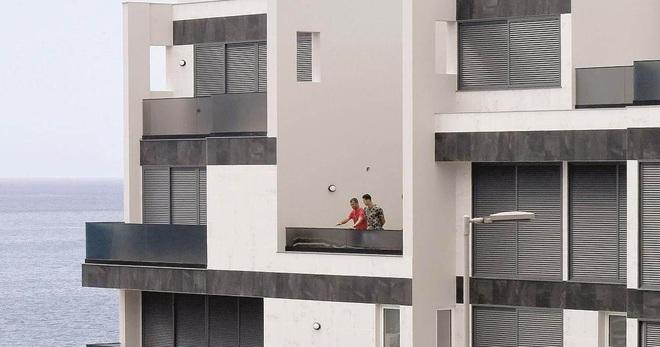 Bên trong dinh thự 7 tầng sang trọng, nơi được Ronaldo sử dụng để cách ly sau khi sinh hoạt chung cùng một đồng đội nhiễm Covid-19 - Ảnh 3.