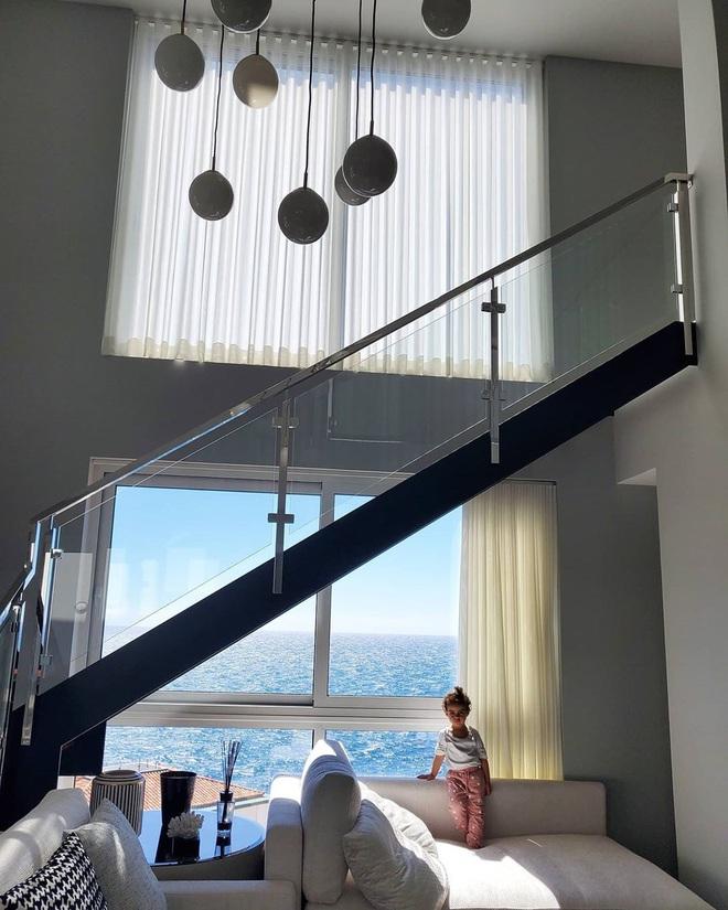 Bên trong dinh thự 7 tầng sang trọng, nơi được Ronaldo sử dụng để cách ly sau khi sinh hoạt chung cùng một đồng đội nhiễm Covid-19 - Ảnh 2.