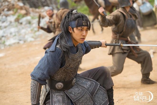 """Xem fan Soo Ah - Yi Seo """"khẩu chiến"""" danh xưng nữ chính Tầng Lớp Itaewon, ai còn nhớ """"chị Nguyệt"""" IU từng khổ không kém? - Ảnh 4."""