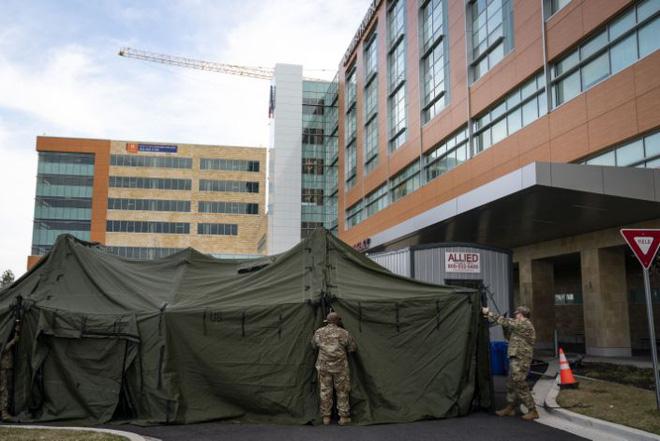 Quân đội Mỹ chạy đua với thời gian để biến các tòa nhà, khách sạn bỏ trống thành 10.000 phòng bệnh chữa trị bệnh nhân Covid-19 - Ảnh 1.