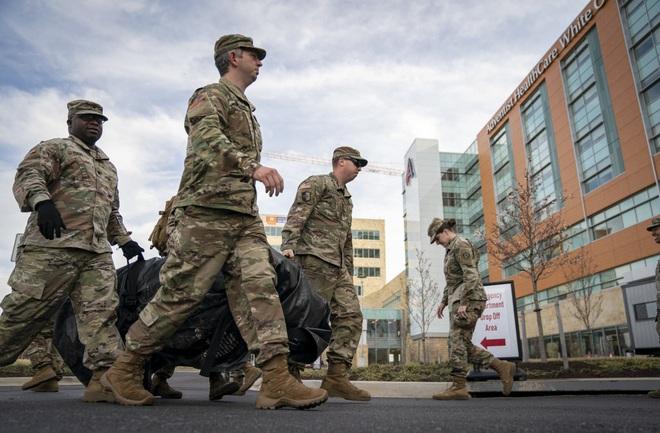 Quân đội Mỹ chạy đua với thời gian để biến các tòa nhà, khách sạn bỏ trống thành 10.000 phòng bệnh chữa trị bệnh nhân Covid-19 - Ảnh 2.