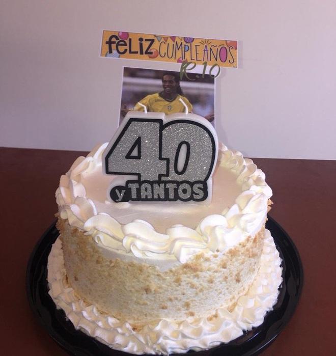 Bị giam trong tù, Ronaldinho vẫn có ngày sinh nhật tuổi 40 cực đặc biệt: Sau tiệc nướng là một chiếc bánh được các bạn tù chuẩn bị riêng - Ảnh 2.