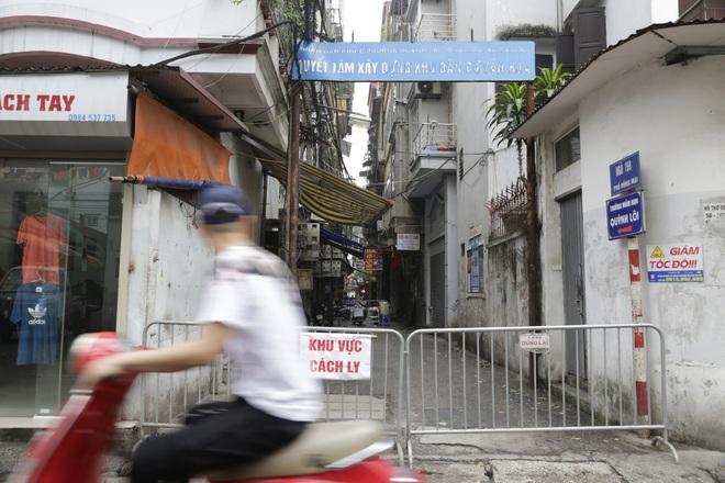 Ảnh: Chủ cửa hàng sống gần khu phố cách ly ở Hà Nội tung chiêu độc để phòng chống dịch Covid-19 - Ảnh 2.