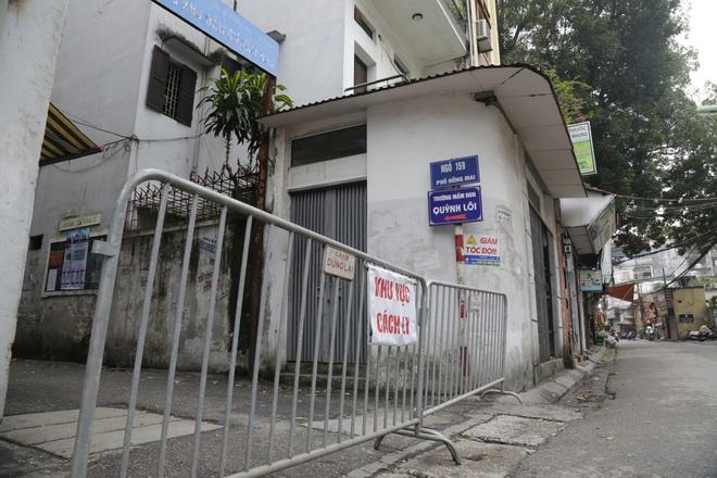 Ảnh: Chủ cửa hàng sống gần khu phố cách ly ở Hà Nội tung chiêu độc để phòng chống dịch Covid-19 - Ảnh 1.