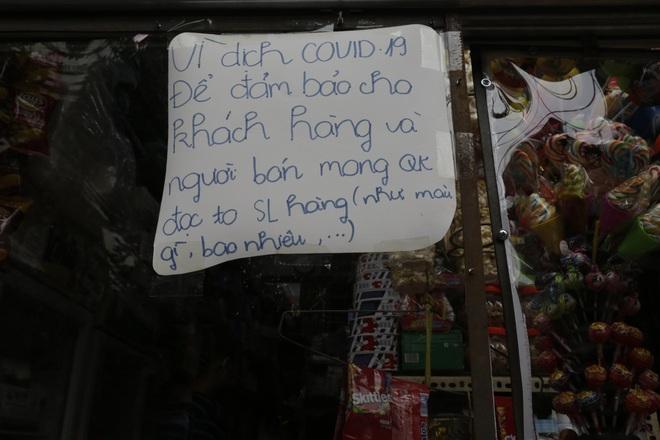 Ảnh: Chủ cửa hàng sống gần khu phố cách ly ở Hà Nội tung chiêu độc để phòng chống dịch Covid-19 - Ảnh 9.