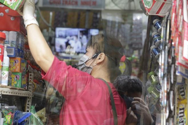 Ảnh: Chủ cửa hàng sống gần khu phố cách ly ở Hà Nội tung chiêu độc để phòng chống dịch Covid-19 - Ảnh 11.