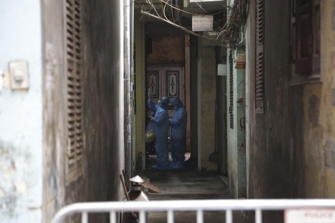Ảnh: Chủ cửa hàng sống gần khu phố cách ly ở Hà Nội tung chiêu độc để phòng chống dịch Covid-19 - Ảnh 4.