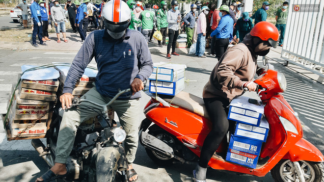 Người cách ly ở KTX âm thầm mua sữa tặng các anh dân quân tự vệ để cảm ơn vì ngày đêm chuyển hàng viện trợ - Ảnh 12.