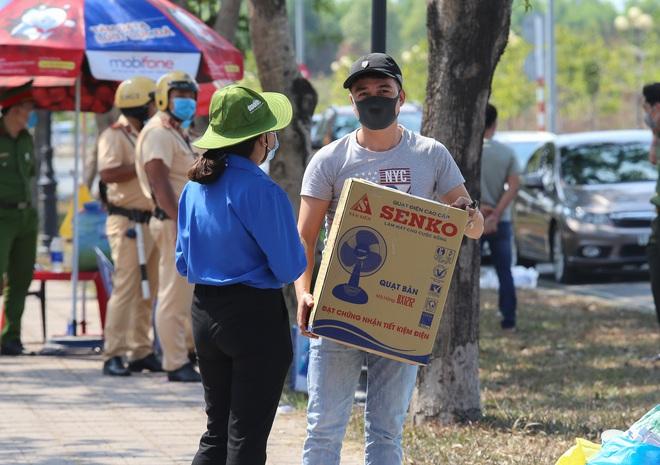 Người dân ném hàng hoá vào khu cách ly KTX ĐH Quốc Gia bất chấp có thông báo ngưng nhận đồ tiếp tế - Ảnh 14.