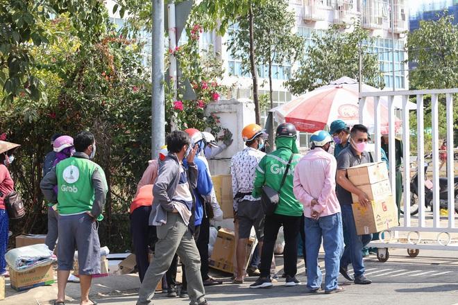 Người dân ném hàng hoá vào khu cách ly KTX ĐH Quốc Gia bất chấp có thông báo ngưng nhận đồ tiếp tế - Ảnh 4.