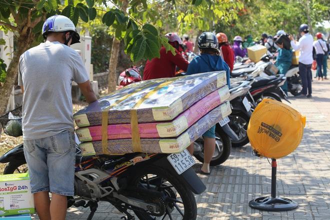 Người dân ném hàng hoá vào khu cách ly KTX ĐH Quốc Gia bất chấp có thông báo ngưng nhận đồ tiếp tế - Ảnh 6.
