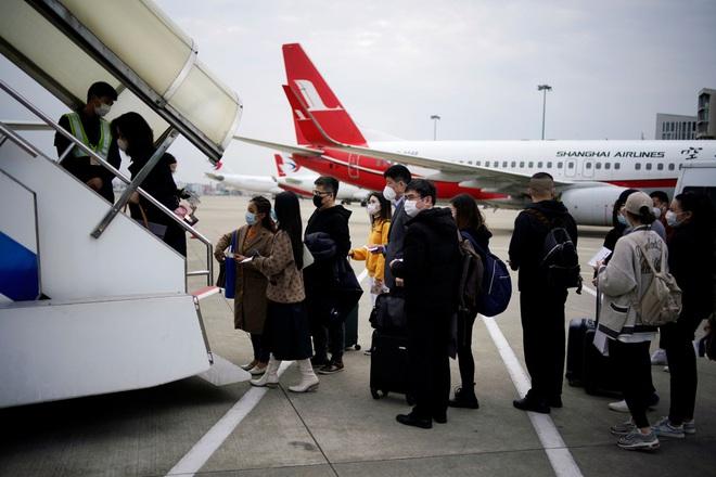 Đại dịch Covid-19 lan rộng không kiểm soát, nhiều du học sinh Trung Quốc bỏ hơn 500 triệu để có 1 chỗ ngồi trên máy bay rời khỏi Mỹ - Ảnh 2.