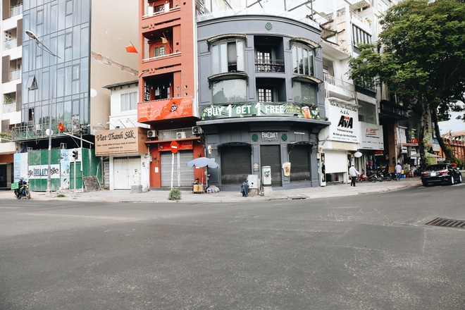 Phố Sài Gòn vắng lặng, quán cafe đồng loạt tạm đóng cửa chung tay phòng chống dịch Covid-19 - Ảnh 6.
