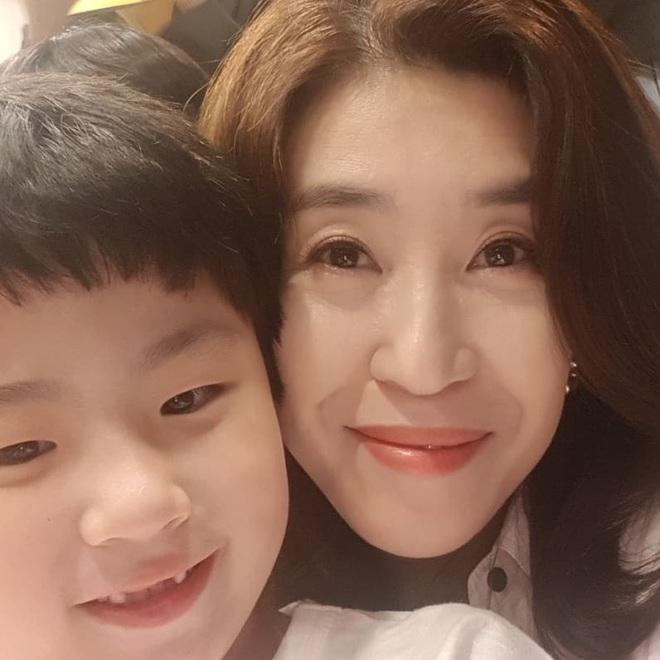 Mẹ 2 con Kim Tae Hee đẹp mỹ miều ở hậu trường, nhưng netizen lại không thể rời mắt khỏi diễn viên U60 The Heirs - Ảnh 5.