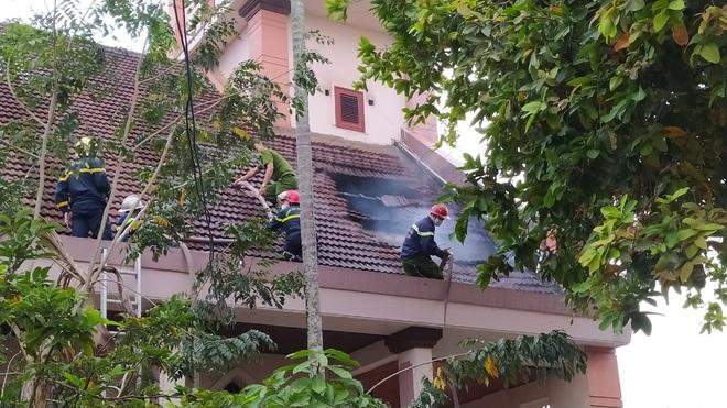 Đang sửa chữa, nhà thờ Cồn Dầu ở Đà Nẵng bất ngờ bốc cháy - Ảnh 4.